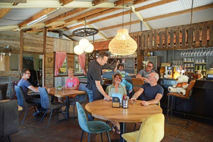 Kok Pascal Koster serveert Astrid van Kleeff en Jaco Groenendijk een broodje in het nieuwe restaurant van zorgboerderij De Stelle in Ouwerkerk.
