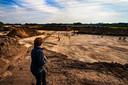 In Helmond-Brandevoort hebben archeologen een Romeinse nederzetting opgegraven. De lijnen en vlekken markeren onder meer boerderijen, stallen, waterputten en bomen die er vroeger stonden.