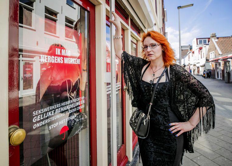 Sekswerker Moira staat de pers te woord in de Doubletstraat in Den Haag. Het kabinet versoepelt de coronamaatregelen voor sekswerkers per 1 september, gelijktijdig met fitnessclubs, sauna's en wellnesscentra, verenigingskantines, coffeeshops en casino's.  Beeld ANP