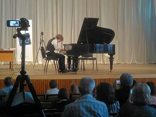 Derk Jan Terpstra achter de piano op het podium in Kiev.