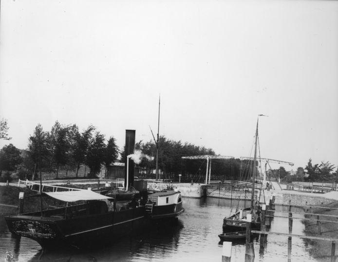 Stoomboot in de nieuwe sluis bij Katerveer om geschut te worden, eind 19de eeuw