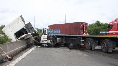 E403 volledig afgesloten door ongeval met  drie vrachtwagens