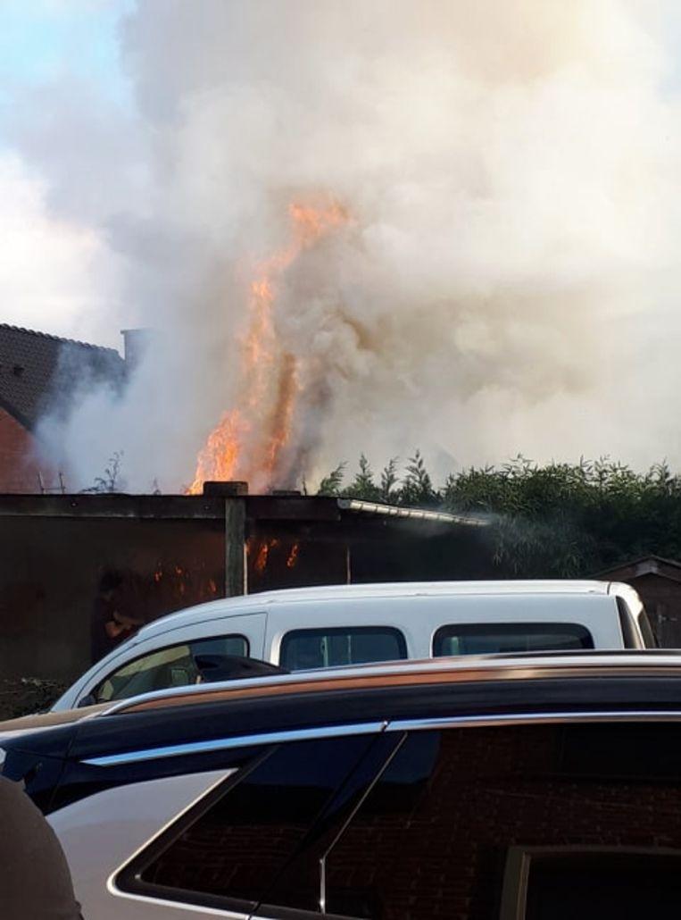 De vlammen kwamen meters hoog waardoor de brandweer verwittigd werd.