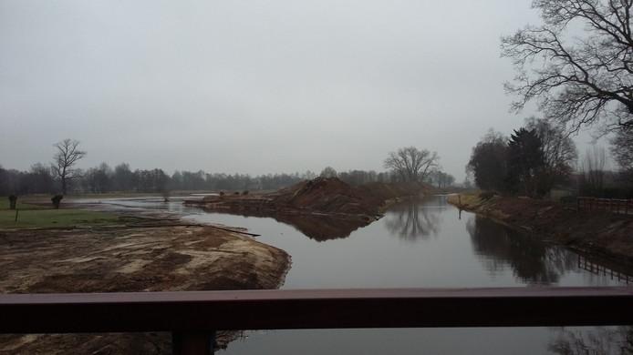 Zo liep de Aa eerst, gezien vanaf de brug bij Seldensate in Middelrode. De Aa aan de rechterkant op de foto is nu gedempt. Links de nieuwe loop van de Aa.