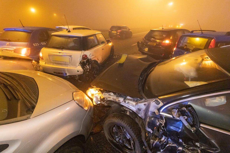 Tijdens oud en nieuw reden dertig tot veertig auto's in dichte mist op elkaar op de A7 bij Joure