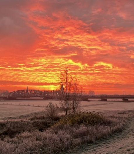 Oranje luchten en regenbogen op koude ochtend in Oost-Nederland