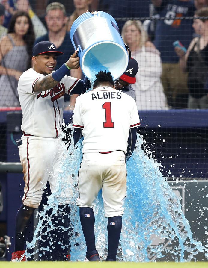 Ozzie Albies krijgt een emmer Powerade over zich heen na het duel met New York Mets.