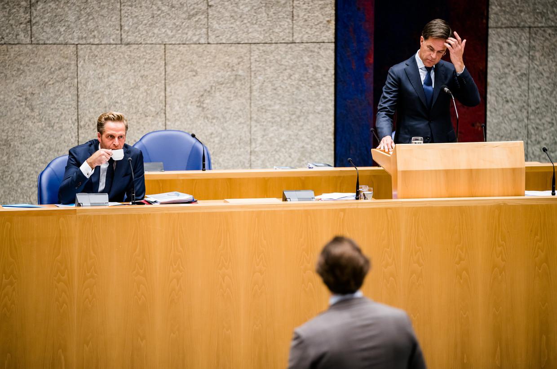 Minister Hugo de Jonge van Volksgezondheid, Welzijn en Sport (CDA) en Premier Mark Rutte tijdens het Tweede Kamer debat over het coronavirus afgelopen week. Beeld ANP
