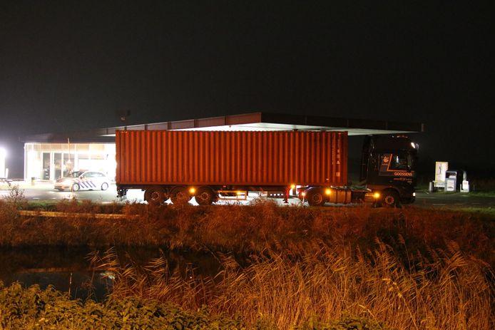 De vrachtwagen is naar het nabijgelegen Shell-pompstation gereden.