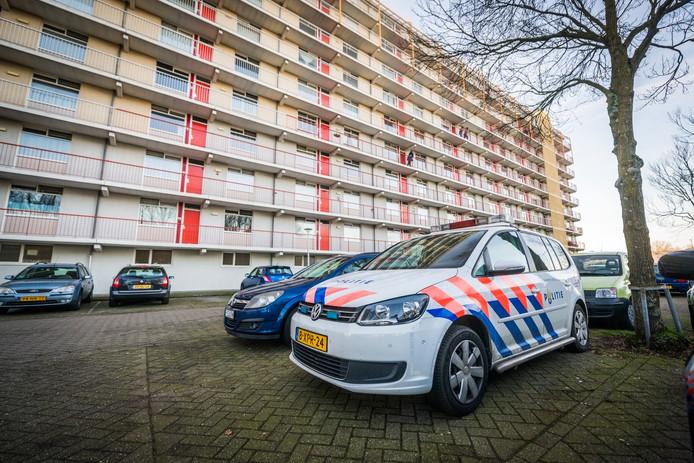 Politie bij de flat aan de Vaalsbergweg.