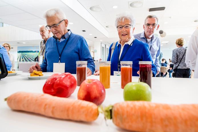 Open dag bij Cosun Suikerfabriek Innovation Center. Bezoekers proeven smoothies van groente en fruit.