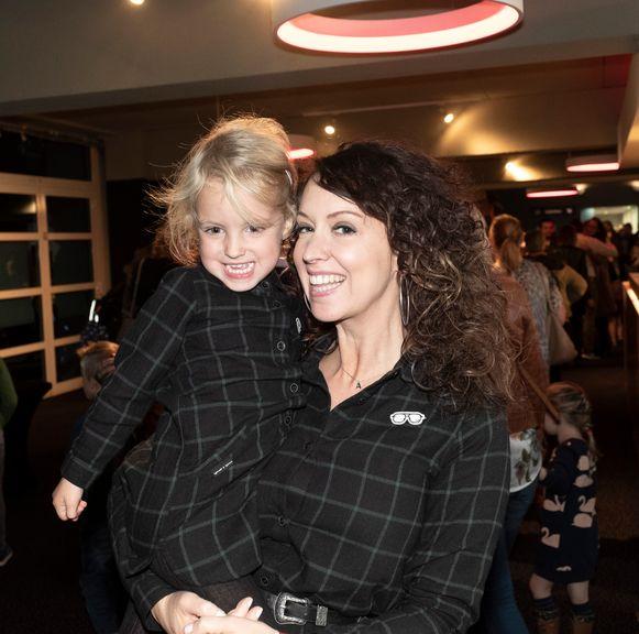 Anke Buckinx met haar dochter Lou op de première van 'Sinterklaas en de Wakkere Nachten'.