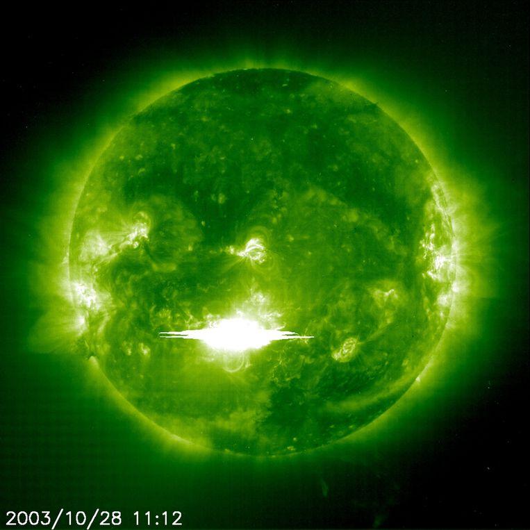 Ruimtetelescoop SOHO legde een zonnevlam in oktober 2003 vast. Beeld EPA