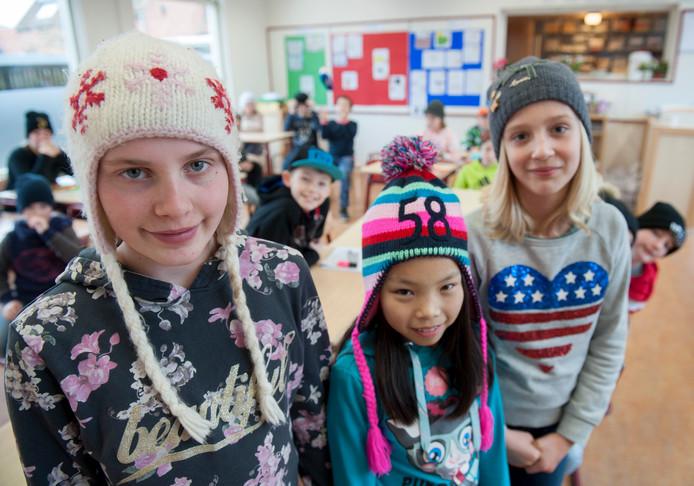Anouk Barendegt, Xinda van der Wekken en Puck Berrevoets tijdens truiendag op school in Zonnemaire.
