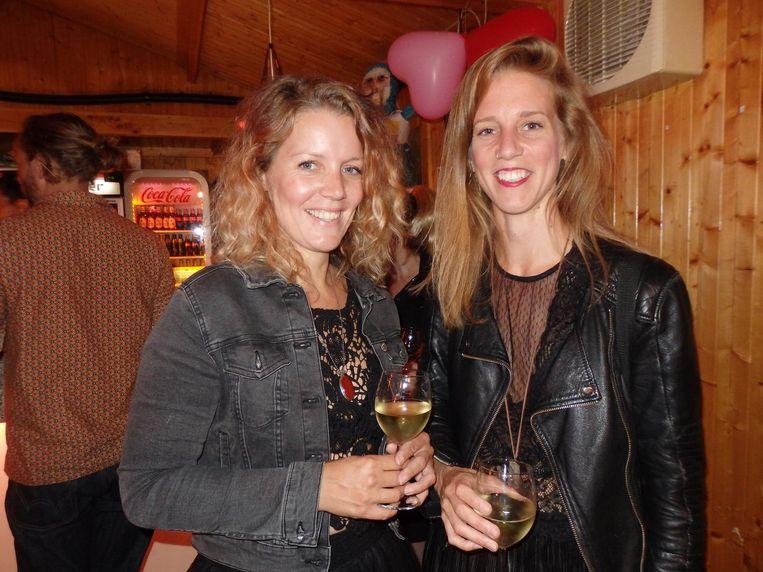 De vrouwen van bus 35: Sabrina en Mirjam, van Pussy Store. Ehm, wat is Pussy Store? 'Wat jij denkt dat het is' Beeld Schuim