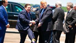 Vicegouverneur begroet Amerikaanse president met bizarre (harige) Trump-sokken