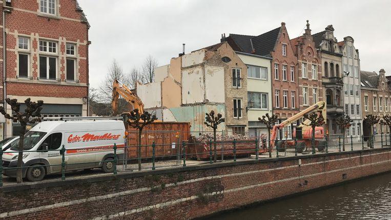 De voormalige viswinkel Schöller werd recent gesloopt. De voorgevel van de nieuwbouw zal een quasi exact kopie worden van de oude gevel. De Bakkerstoren staat rechts van de werf.