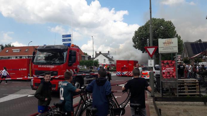 Veel brandweervoertuigen zijn uitgerukt om de brand te bestrijden.