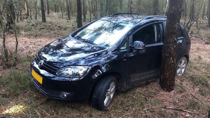 De vluchtauto werd teruggevonden in het bos bij Elspeet.