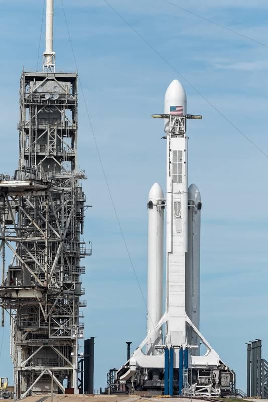 De 70 meter hoge Falcon Heavy wordt op Cape Canaveral naar het lanceerplatform gebracht.