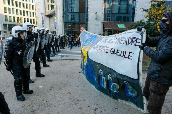 De politie wierp enkele versperringen op aan het einde van de betoging.