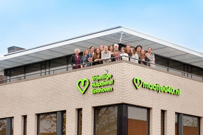 Het team van beroepskrachten van de Vrijwillige Hulpdienst Eindhoven. Het team ondersteunt de 530 vrijwilligers en het maken van 'matches' tussen hen en mensen die een maatje zoeken.