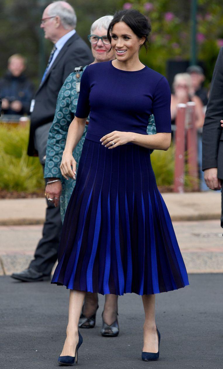 In een op maat gemaakte jurk van Givenchy en hakken van Manolo Blahnik .