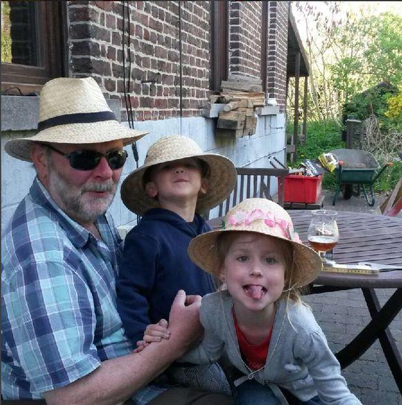 Willy Adams met zijn twee kleinkinderen Sam en Finn.