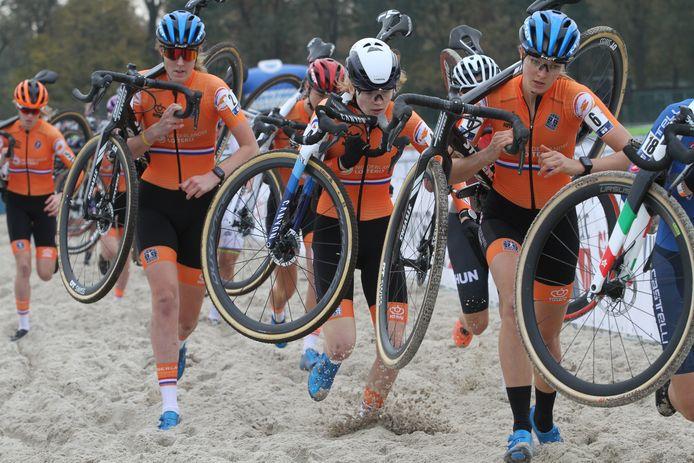 Manon Bakker (l) loopt mee in het oranjegeweld tijdens het EK van Rosmalen.