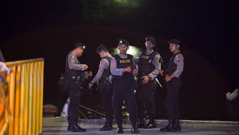 Indonesische agenten in de buurt van het gevangeniseiland. Beeld afp