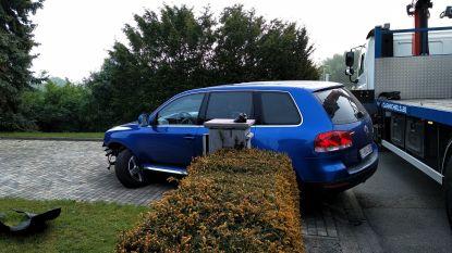 Filip De Man (VB) ramt auto, omheining en paaltje in eigen straat