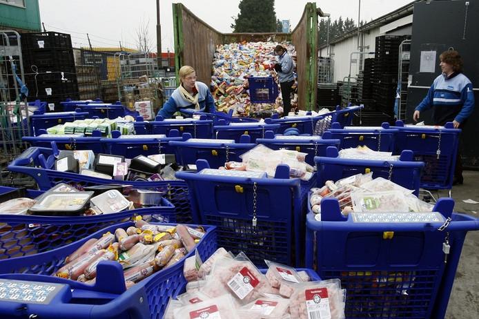 De stroomstoring zorgt ervoor dat bij de Albert Heijn alle koelverse dagproducten de afvalcontainer de prullenbak in kunnen.