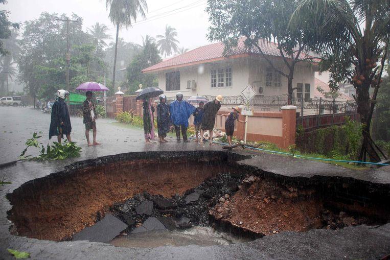 De overstroming veroorzaakte een gat in de weg in Mawlamyein.