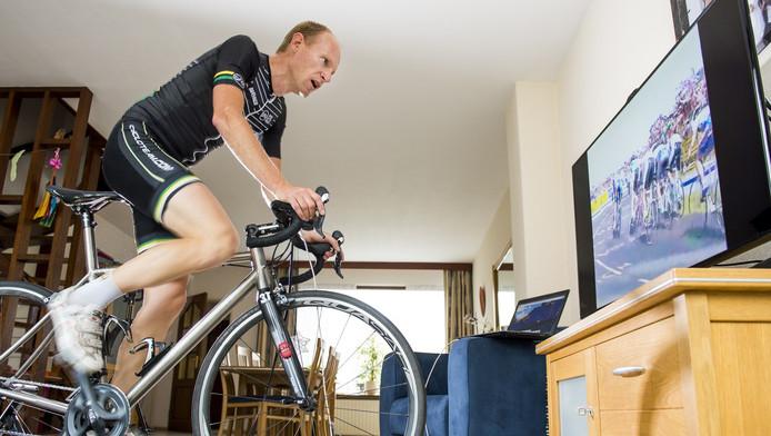 Leon van der Ster werkt zich 3 weken in het zweet als hij de Tour-route volgt in zijn woonkamer.