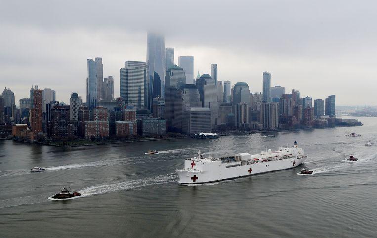 Een ziekenhuisschip van het Amerikaanse marine legt aan bij New York om coronapatiënten te behandelen.  Beeld REUTERS