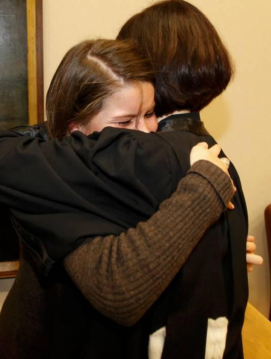 Karol, de dochter van Els Van Doren, laat haar tranen van opluchting ook de vrije loop.