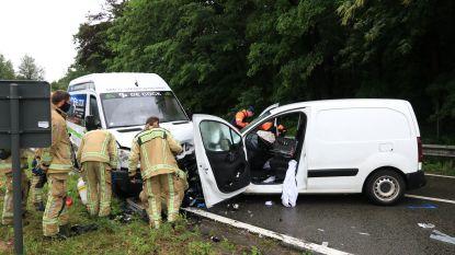 Bestuurder zwaargewond na frontale botsing tussen twee bestelwagens in Zandstraat