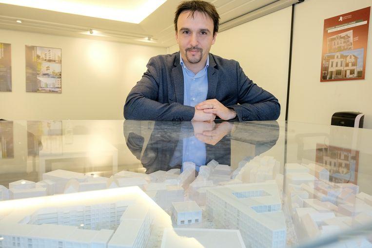 Directeur van De Brusselse Woning Lionel Godrie bij de maquette van de nieuwe Papenvest.