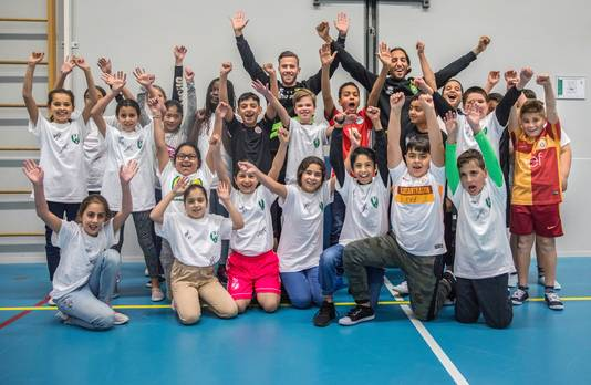 De leerlingen van de Prof. Mr. Anemaschool zijn verguld met het bezoek van ADO-spelers El Khayati en Goossens.