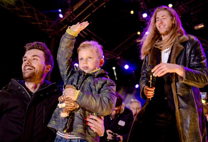 Domien Verschuuren, Tijn en Frank van der Lende nadat het opgehaalde eindbedrag voor het goede doel van Serious Request bekend is gemaakt.