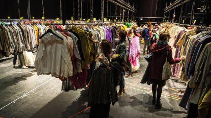 Welkom in grootste kleerkast van België: Antwerpse Opera doet stockverkoop