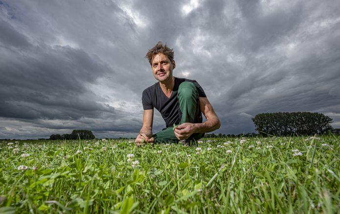 Het weiland van melkveehouder Jan Willem Breukink staat vol met kruiden en vlinderbloemige planten.