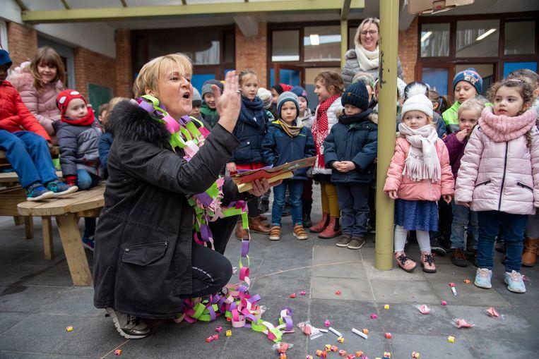 Directrice Natacha De Bie werd in de bloemen gezet en dankte met kushandjes.