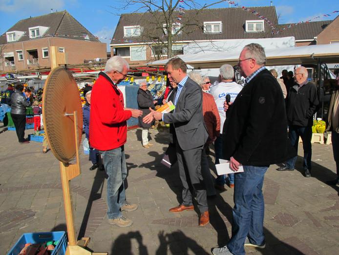 Burgemeester Gert-Jan Kats opent in 2013 officieel de markt in Zevenhuizen.