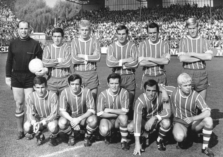 PSV in 1969 voor het Europacupduel met AS Roma. Staand, vlnr: Heyink, Van Stippent, Gyerre, Mares, Ressel en Kemper. Gehurkt, vlnr: Radovic, Van der Kuijlen, Van den Dungen, Strik en Schmidt-Hansen. Beeld anp