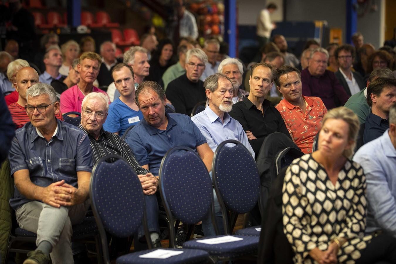 Bewoners van Wijk aan Zee zijn aanwezig bij de bijeenkomst met Tata Steel.