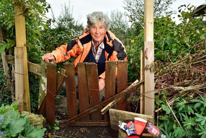 Claire Boissevain bij een toegangshekje van de Smultuin dat opnieuw kapot is gemaakt.
