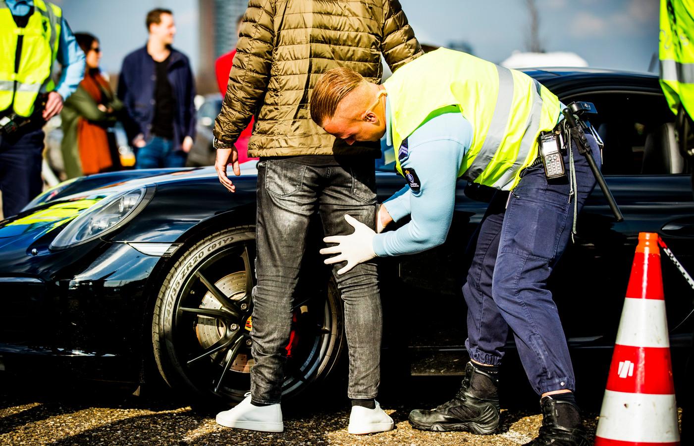 In Spijkenisse mag de politie snel preventief fouilleren. Foto ter illustratie.