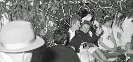 Een stoet geslaagde verpleegsters richting het Eindhovense Binnenziekenhuis
