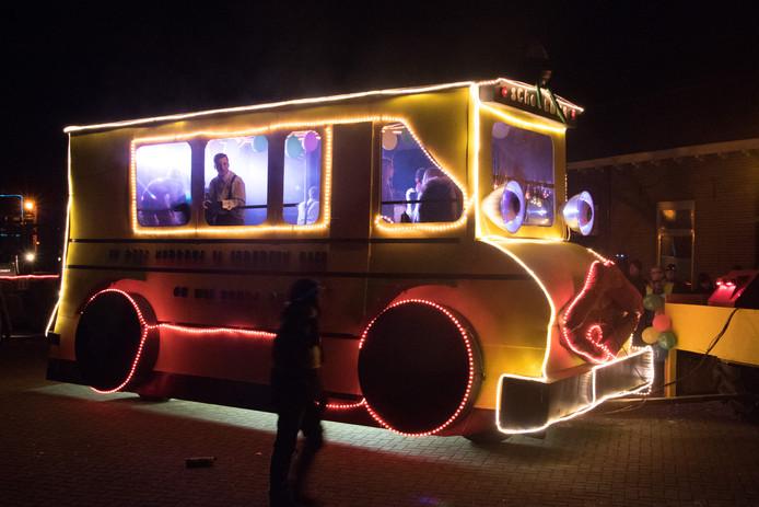Bij de Schoolbus van CV Draait door was de energie van de carnavalsvierders er een beetje uit.
